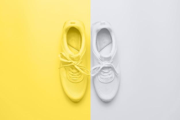 Спортивная обувь. модные 2021 года цвета ultimate grey и illuminating.