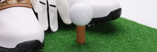 녹색 잔디 근접 촬영에 누워 장갑과 골프 공 스포츠 신발