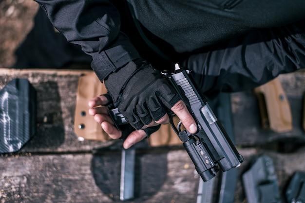 Инструктор по спортивной стрельбе проверяет ваше оружие крупным планом