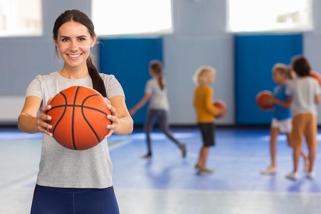 Insegnante di sport a lezione di ginnastica