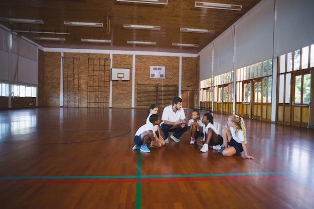 그의 학생들과 토론하는 스포츠 교사