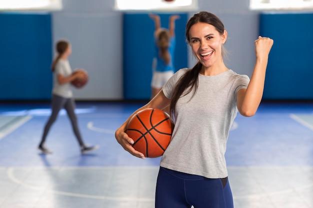 Учитель спорта в классе физкультуры
