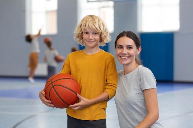 彼女の学生と一緒にスポーツ教師