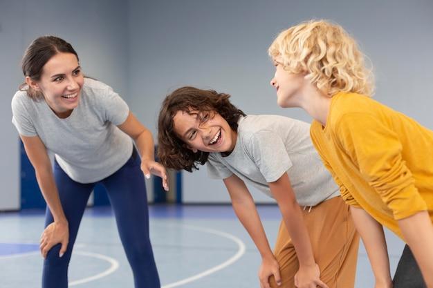 Учитель спорта со своими учениками