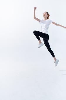 スポーツの女性は、トレーニングフィットネスエネルギーをカバーしています。高品質の写真