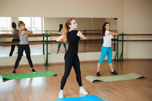 Спортивная женщина делает аэробику. концепция диеты и здорового питания и образа жизни.