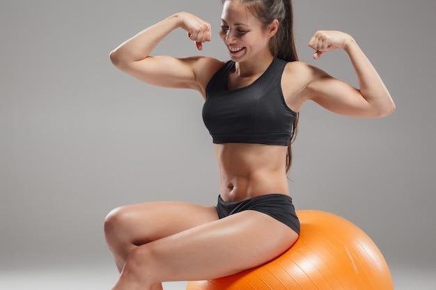Fitball에 연습을 하 고 스포츠 여자