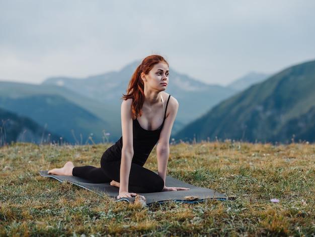 スポーツの女性はヨガ瞑想の山の新鮮な空気を行使します