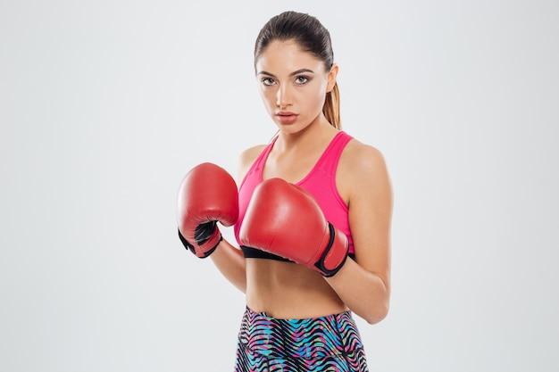 カメラを見ているボクシンググローブのスポーツの女性