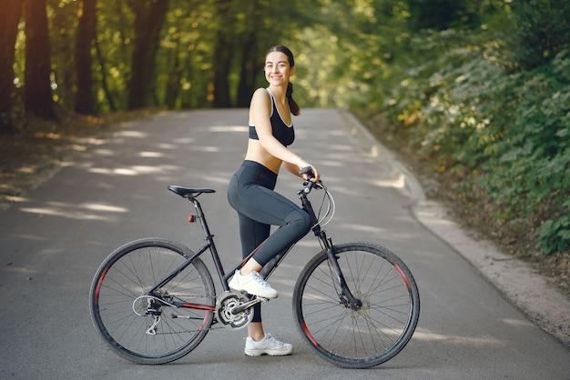여름 숲에서 자전거를 타는 스포츠 여자