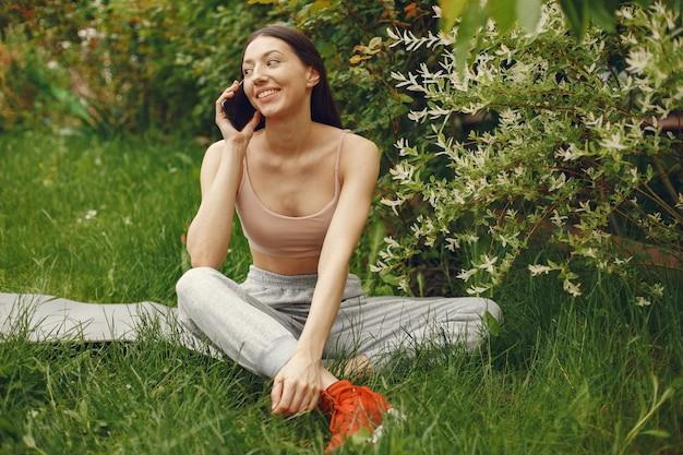 봄 공원에서 시간을 보내는 스포츠 여자