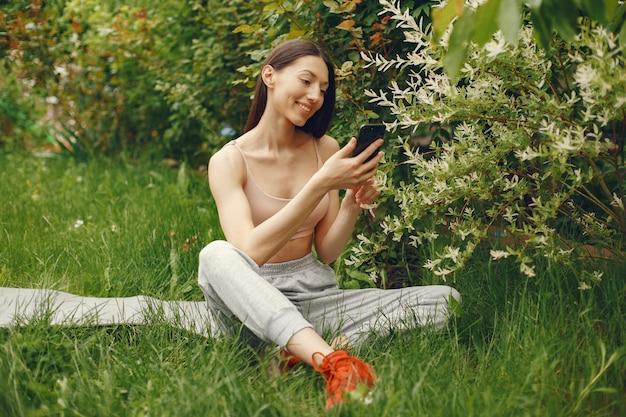 春の公園で時間を過ごすスポーツ女性