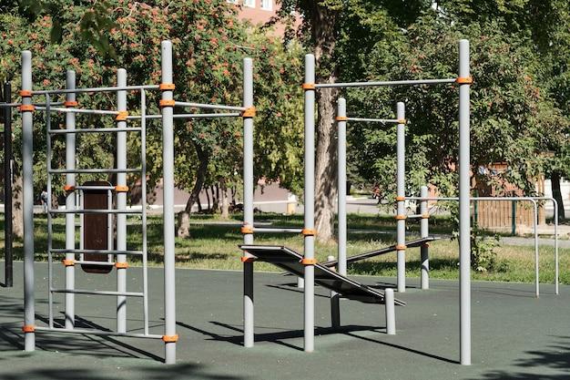 金属製の平行棒のグループがある運動場