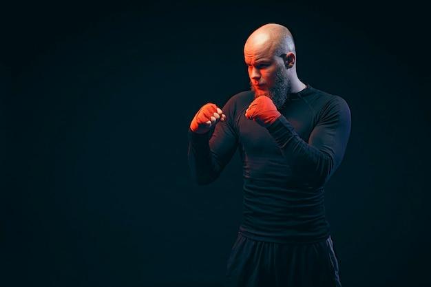黒い壁で戦うスポーツマンボクサー