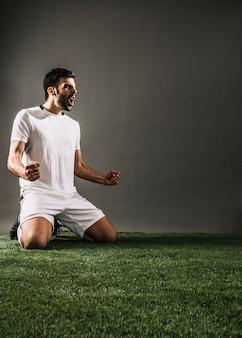 Спортсмен празднует победу и кричит