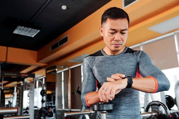 Спортсмен проверяет свои умные часы