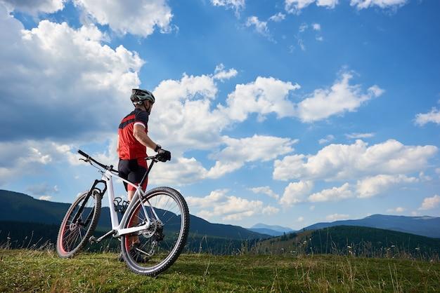 屋外の自転車でサイクリングするスポーツマン