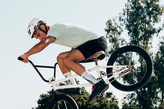 Спортсмен делает экстремальные трюки