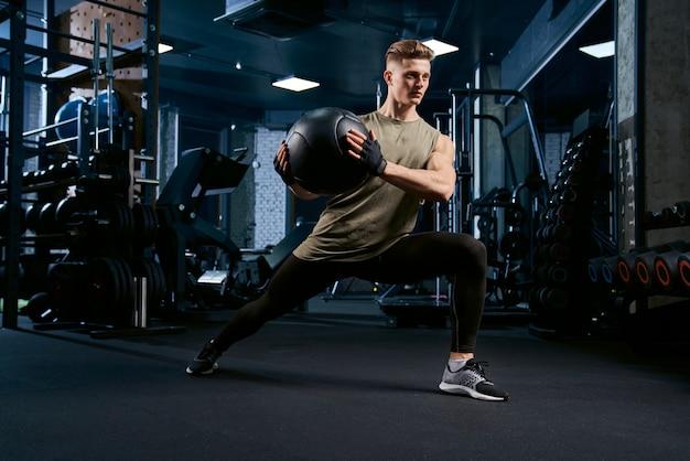 Спортсмен делает выпады с помощью мяча.