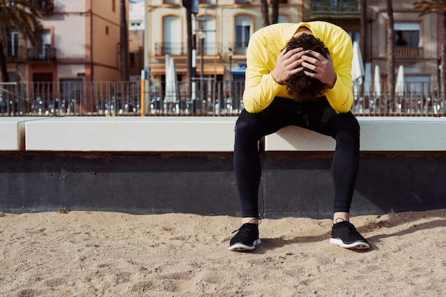 Спортсмен в желтой ветровке на перерыве