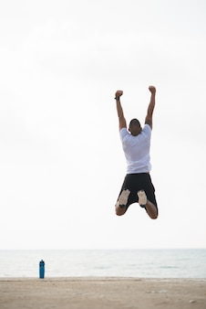 Sportivo saltando per gioia all'aperto