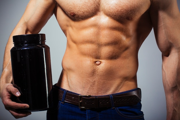 スポーツマン、筋肉、アスリートマン、上腕三頭筋。アスレチックコーカサス人、6パック、胸の筋肉、上腕三頭筋。美しい男性の胴体、ab。ステロイド、スポーツビタミン、ドーピング、アナボリック、タンパク質。ボディービルダー、ボディービル