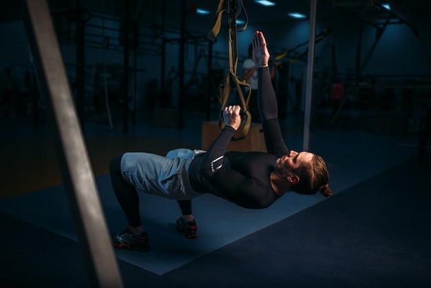 Спортсмен на тренировке, тренировка на выносливость с веревками