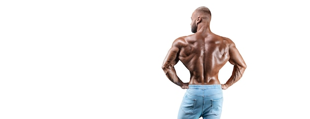 Спортсмен позирует изолированным на белом в джинсах. вид сзади