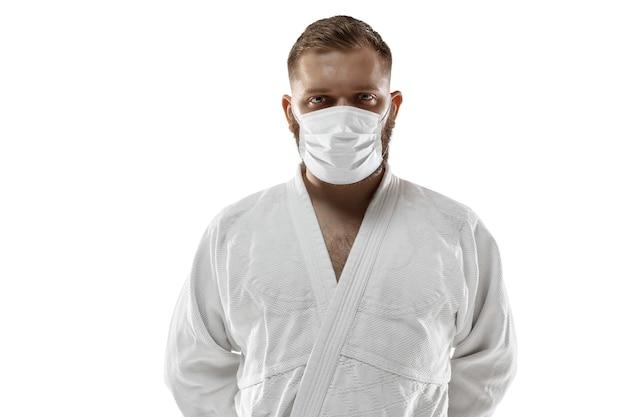 Sportivo nel concetto dell'illustrazione del coronavirus della maschera protettiva