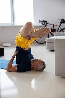 運動中に足を組んだスポーツマン