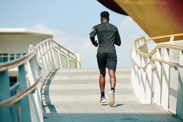 通りを走っているスポーツマン