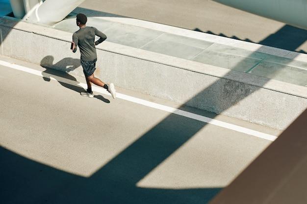 道路を走っているスポーツマン