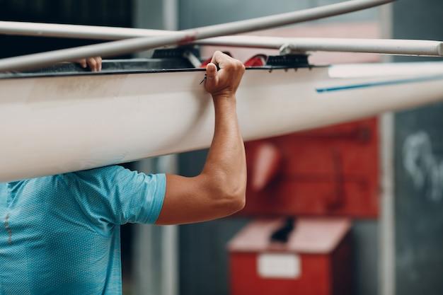 스포츠맨 싱글 스컬 맨 노 젓는 사람이 경쟁 보트 레가타를 준비합니다. 올림픽 게임 스포츠. 근육질 손을 닫습니다