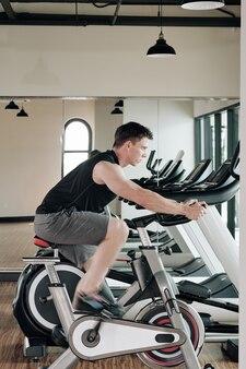 フィットネスセンターでのスポーツマンのトレーニング