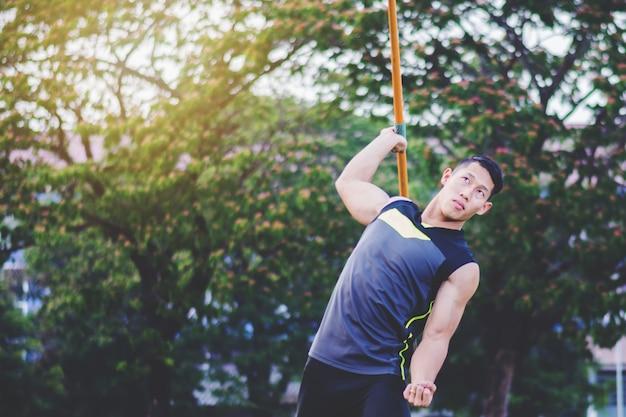 ウォーミングアップと槍練習練習練習場で庭を投げる