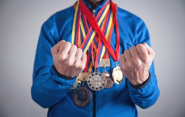 Спортсмен с медалями. спорт, победитель, успех