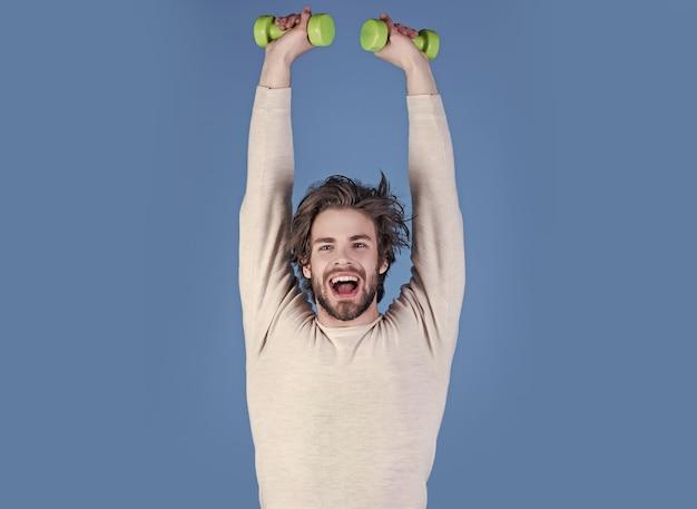 Тренировка спортсмена после пробуждения, фитнес. спортсмен в нижнем белье тренируется со штангой. энергия и спортивные успехи, тренер. утренняя зарядка и здоровый образ жизни