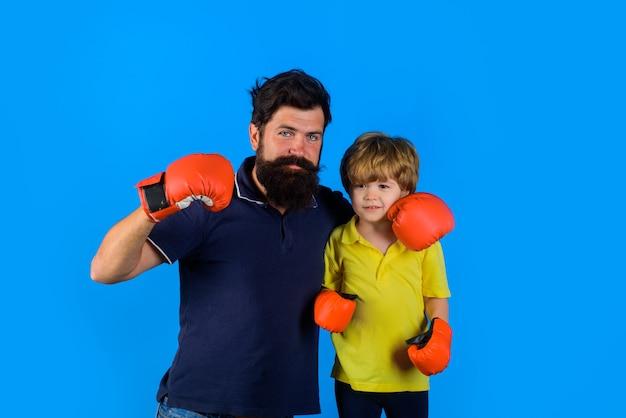 Спортивная мода отношения отцовства бородатый спортивный мужчина тренерский бокс маленький мальчик в красном
