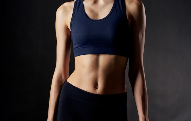 어두운 자른보기 피트니스 슬림 그림에 상단에 sportswoman