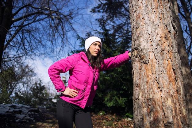 공원에서 훈련 후 휴식을 취하는 겨울 옷에 sportswoman.