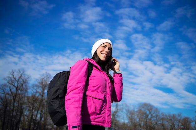 겨울 옷 눈에 훈련 후 전화 통화에 sportswoman.