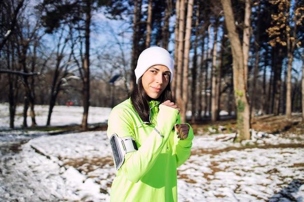 공원에서 겨울 훈련 옷에 sportswoman.