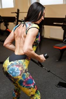 Sportswoman는 체육관에서 그녀를 다시 흔들