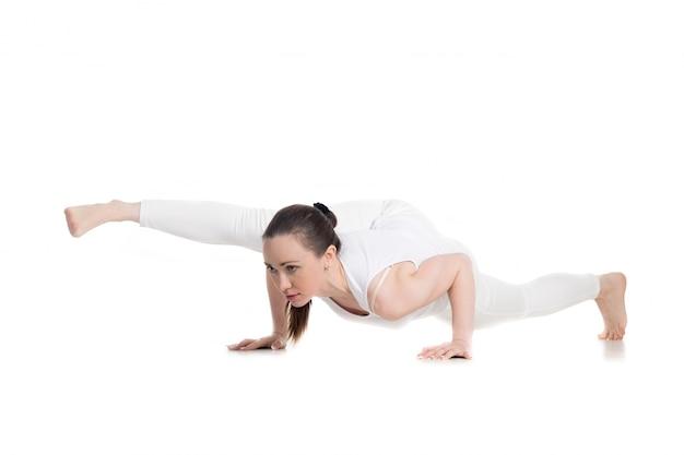Спортсменка показывая йога позы