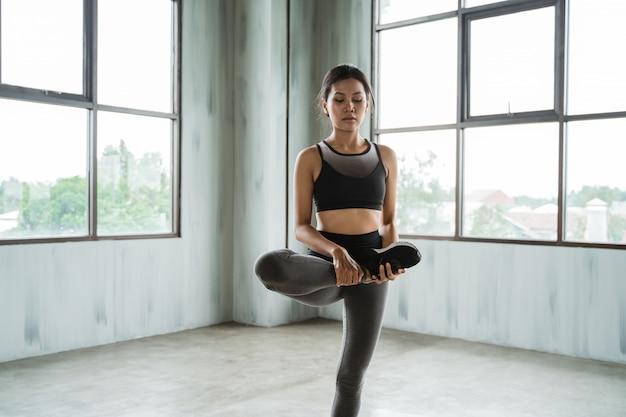 Sportswoman a start of exercise
