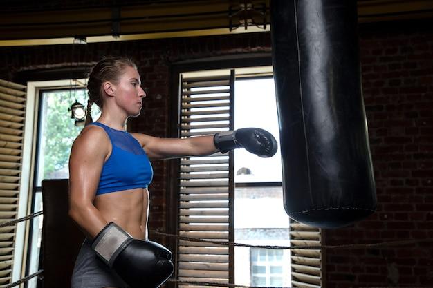 サンドバッグでトレーニングするスポーツ選手