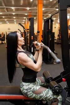 Sportswoman는 체육관에서 그녀의 손을 훈련