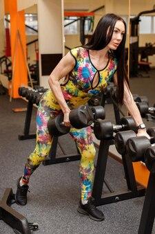 체육관에서 아령과 sportswoman