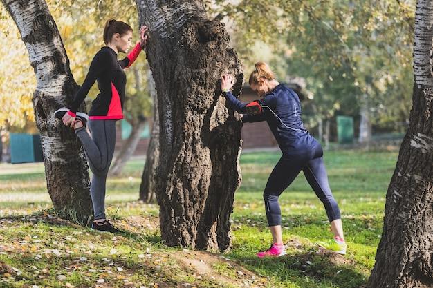 Спортсменки растяжку перед началом запуска