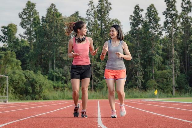 ファッショナブルなスポーツウェアでスポーティなアジア女性ランナー